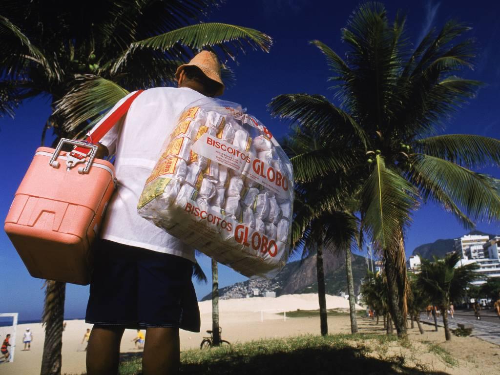 "Vendedor de ""Biscoito Globo"", numa praia do Rio de Janeiro"