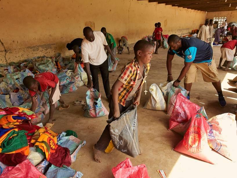 Distribuição de alimentos para deslocados internos na Catedral de Santa Teresa, em Yola