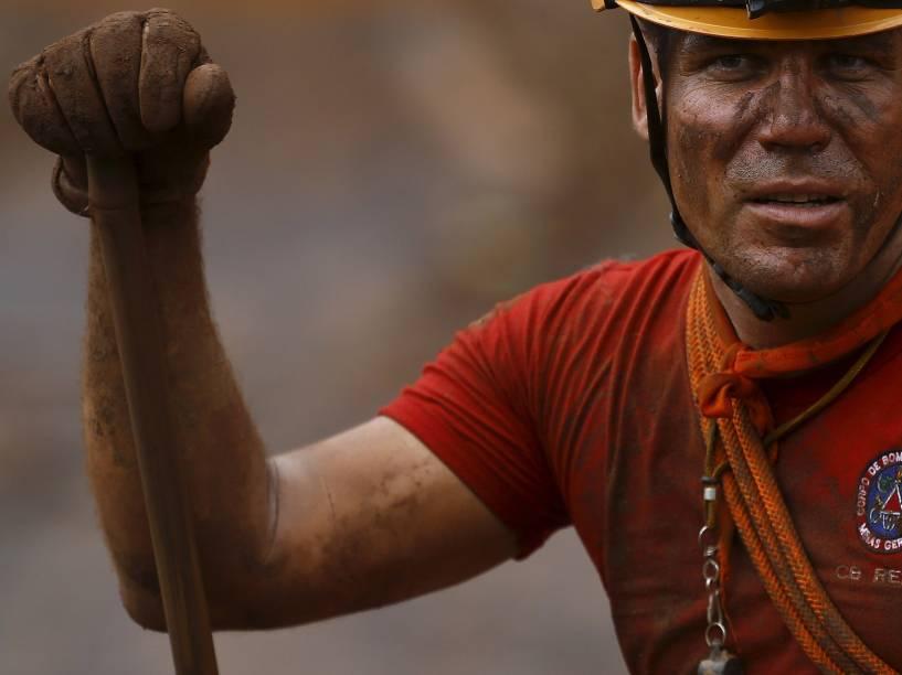 Homem que trabalha no resgate de vítimas é fotografado no distrito de Bento Rodrigues, coberto de lama devido ao rompimento da barragem de rejeito da mineradora Samarco, em Mariana, Minas Gerais