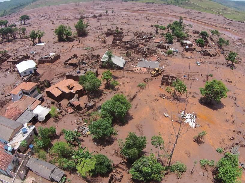 Vista da devastação provocada pelo rompimento da barragem da mineradora Samarco no distrito de Bento Rodrigues, em Mariana (MG)