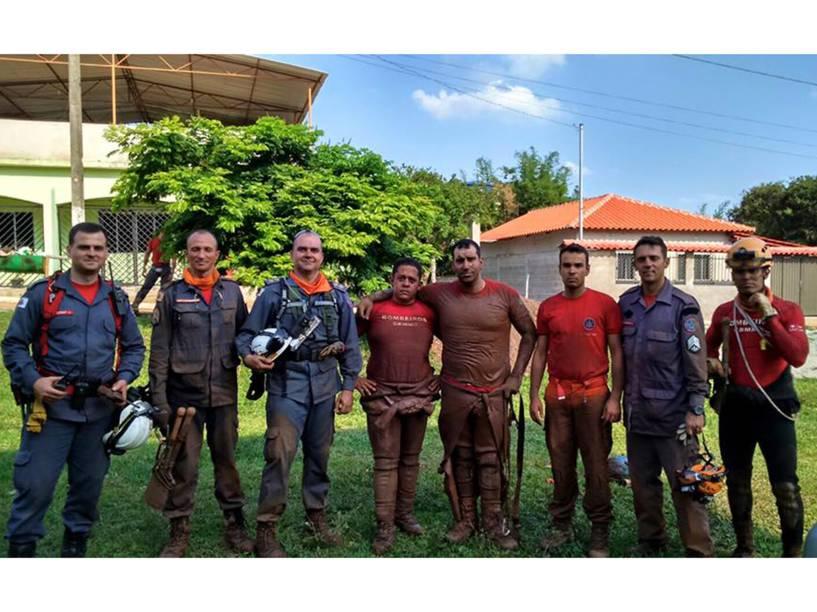 Equipe dos bombeiros trabalha na busca de vítimas após rompimento de barragem que cobriu de lama e detritos de mineração o distrito de Bento Rodrigues, em Mariana (MG)
