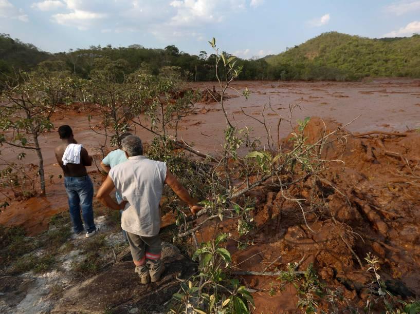Vista dos estragos causados pelo rompimento da barragem de rejeito da empresa de mineração Samarco, no subdistrito de Bento Rodrigues, em Mariana (MG) - 05/11/2015