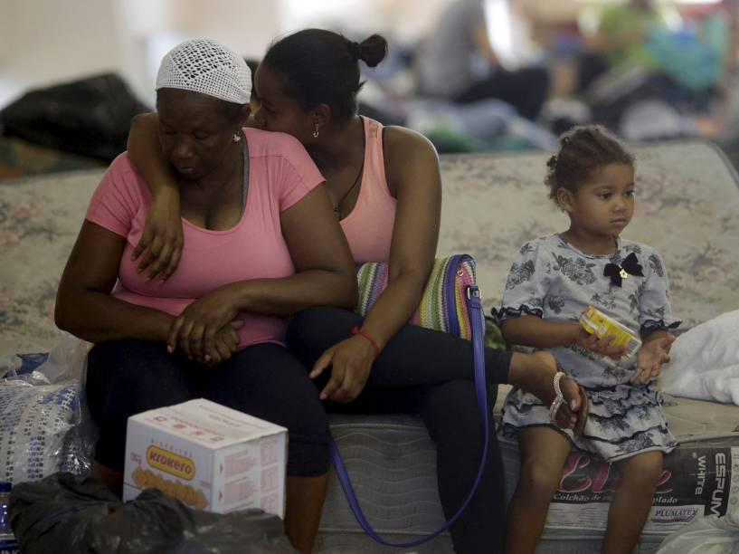 Família senta em um abrigo em Bento Rodrigues, distrito de Mariana atingido pela enxurrada de lama após o rompimento de uma barragem da mineradora Samarco, em Minas Gerais