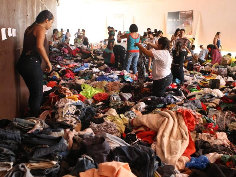 Ginásio de Mariana (MG) recebe doações para as vítimas do rompimento da barragem de rejeito da empresa de mineração Samarco. Voluntários trabalham na preparação do material que será enviado às vítimas