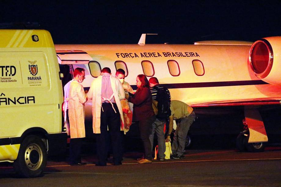 O paciente Souleymane Bah, 47 anos, embarca em avião da FAB no aeroporto municipal Coronel Adalberto Mendes da Silva, em Cascavel (PR)