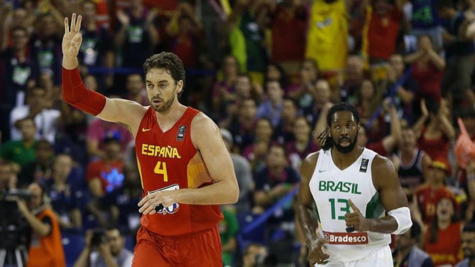 Pau Gasol comemora cesta de três pontos no jogo entre Espanha e Brasil, pelo Mundial de basquete, em Granada
