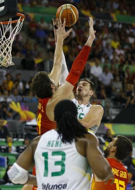 Tiago Splitter e Pau Gasol disputam bola no jogo entre Espanha e Brasil, pelo Mundial de basquete, em Granada