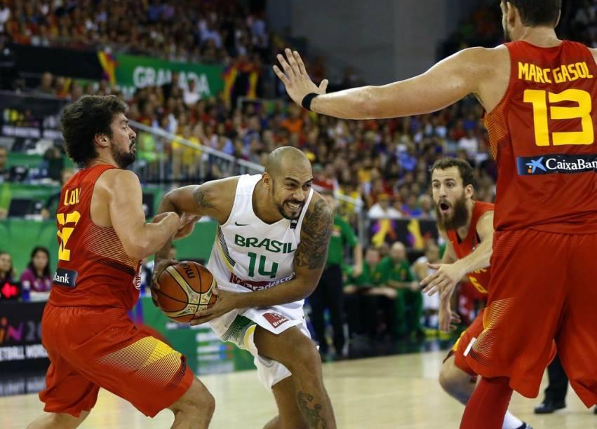 Lance do jogo entre Espanha e Brasil, pelo Mundial de basquete, em Granada