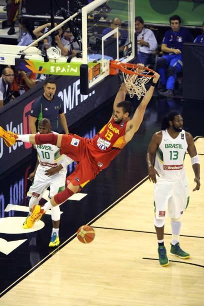 Enterrada de Marc Gasol, da Espanha, no jogo contra o Brasil, no Mundial de basquete, em Granada