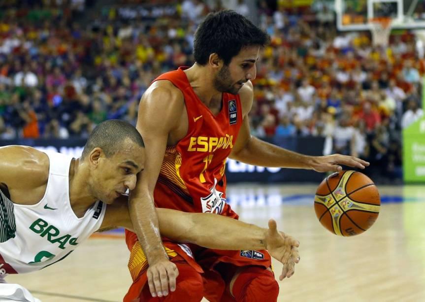 Ricky Rubio e Alex Garcia disputam bola no jogo entre Espanha e Brasil, pelo Mundial de basquete, em Granada