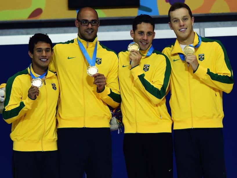 Equipe do revezamento 4x200 livre masculino comemora o ouro nos Jogos Pan-Americanos de Toronto