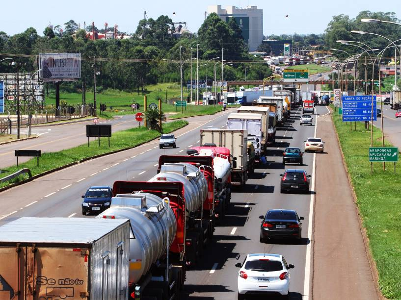 Caminhoneiros realizam protesto em várias rodovias do Paraná, imagens da região de Maringá (PR) - 22/02/2015