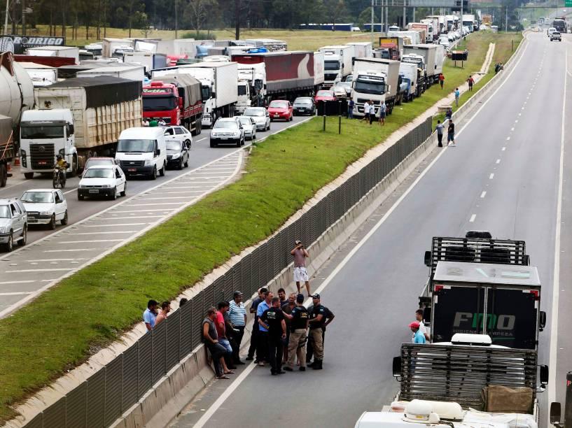 Policiais Federais conversam com caminhoneiros durante protesto contra a alta no preço do combustível que fecha rodovia BR-116, em Curitiba (PR) - 23/02/2015