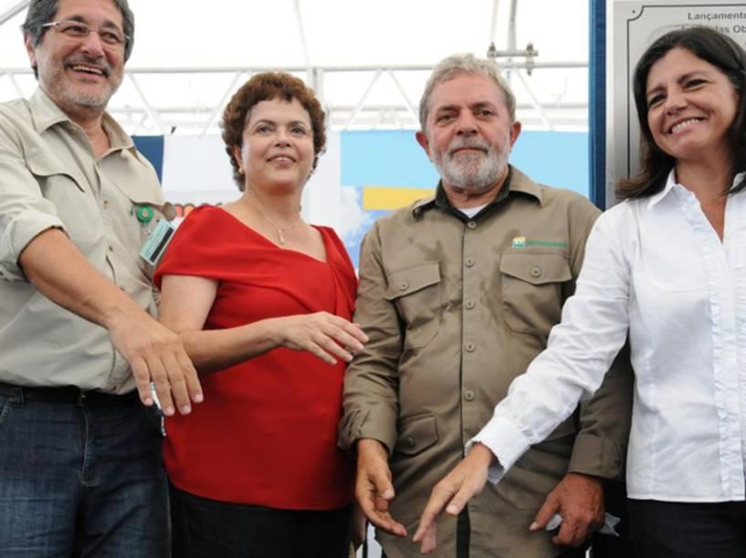 O ex-presidente da Petrobras José Sérgio Gabrielli, a então ministra-chefe da Casa Civil Dilma Rousseff, a governadora do Maranhão Roseana Sarney e o ex-presidente Lula durante lançamento da pedra fundamental da Refinaria Premium I no Maranhão em 2010