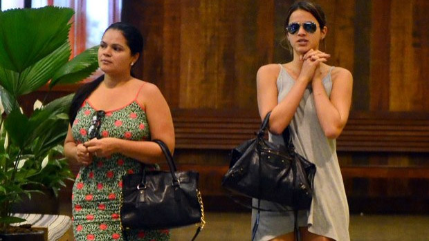Bruna Marquezine passeia no shopping com a mãe