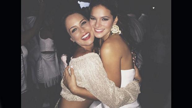 Bruna Marquezine com amiga Marcela Gomes, em quem deu o primeiro abraço do ano: nariz novo?