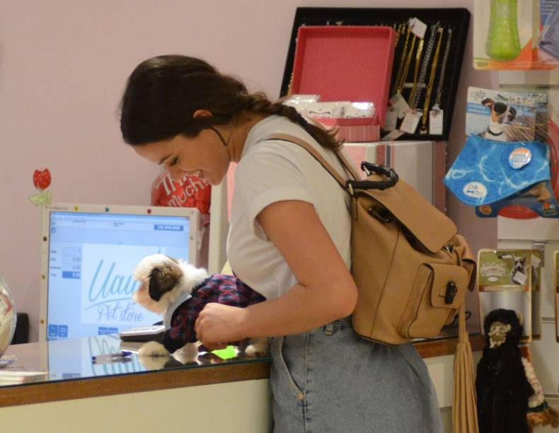 Bruna Marquezine compra cachorro em shopping do Rio