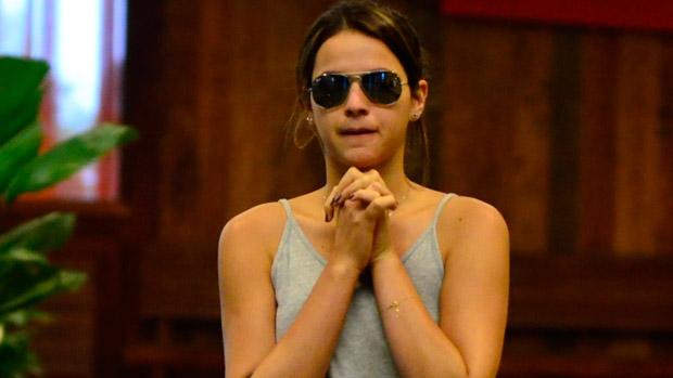 Bruna Marquezine sai de casa sem sutiã e disfarça com os braços