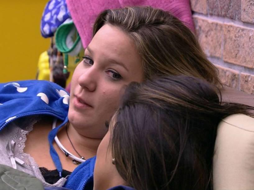 Maria Cláudia, do BBB16, desabafa sobre saudades do ex-namorado e falta de atenção que recebeu de Matheus, com quem trocou beijos na primeira festa