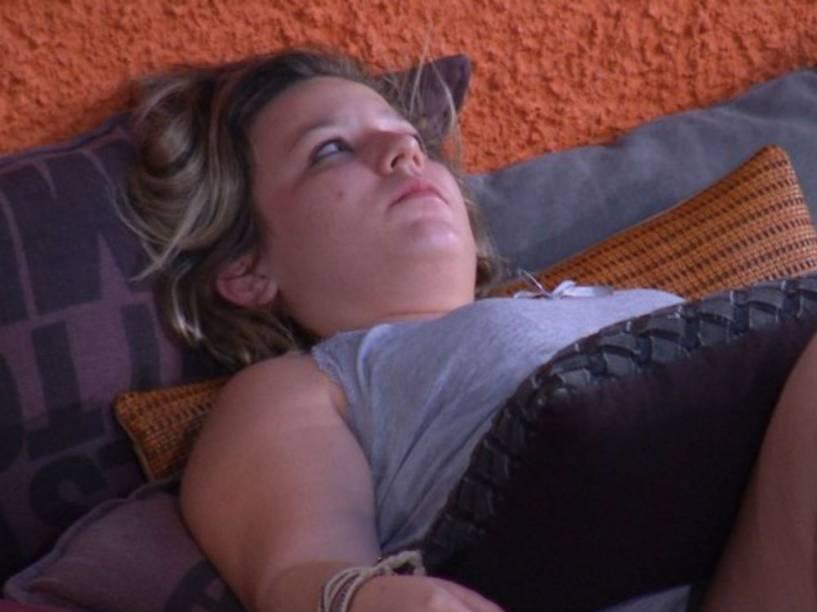 Maria Cláudia, do BBB16, chora após crise de ciúmes de amizade entre Matheus e Munik