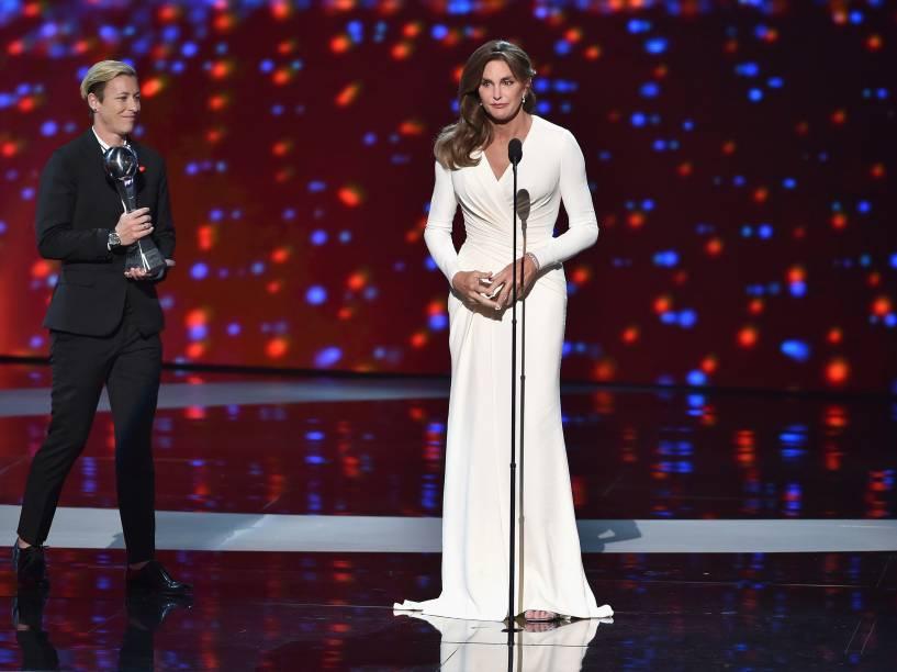 """Caitlyn Jenner recebe o prêmio """"Arthur Ashe Courage Award"""" durante o ESPY Awards 2015"""