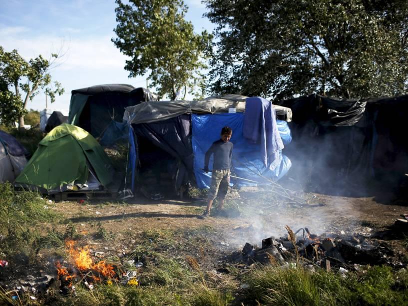 Imigrante sudanês em acampamento improvisado perto de Calais, norte de França