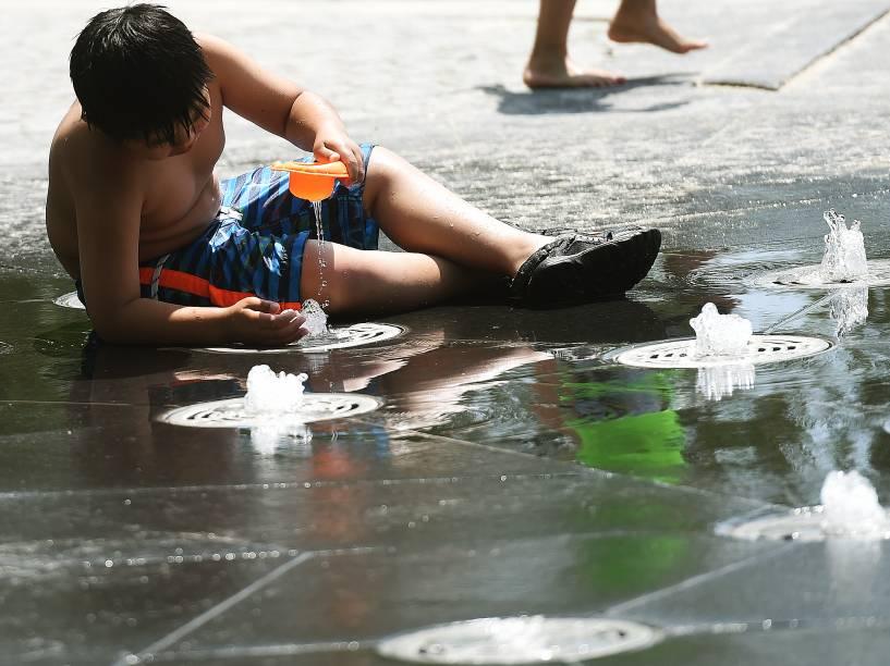 Habitantes e turistas aproveitam a forte onda de calor para sairem ao sol nas praias em torno do lago Ontario em Toronto, no Canadá