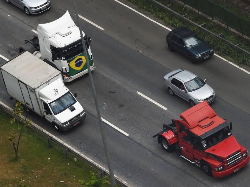 Protesto de caminhoneiros ocupa duas faixas da pista expressa da Marginal Pinheiros, sentido Castello Branco, em São Paulo (SP), no começo da tarde deste domingo (1)