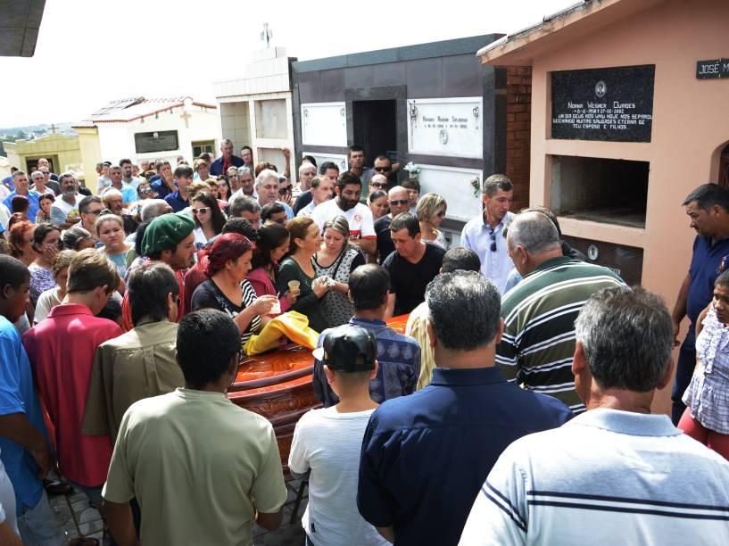 Centenas de pessoas se reuniram em São Sepé, na manhã deste domingo, para participar do cortejo fúnebre do caminhoneiro Cléber Adriano Ouriques, 38 anos, morto no último sábado durante uma manifestação. Cleber foi atropelado ao tentar interceptar um caminhão-baú que não parou durante o protesto que ocorreu na BR-392