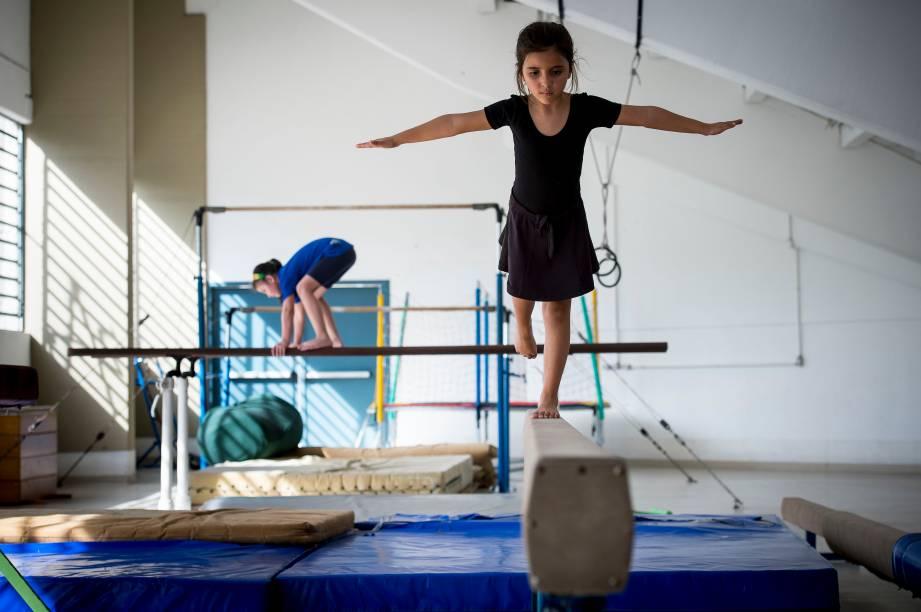 Aula de ginástica olímpica no Complexo Cultural de Educação Integrada (CEI), em Campo Bom (RS)