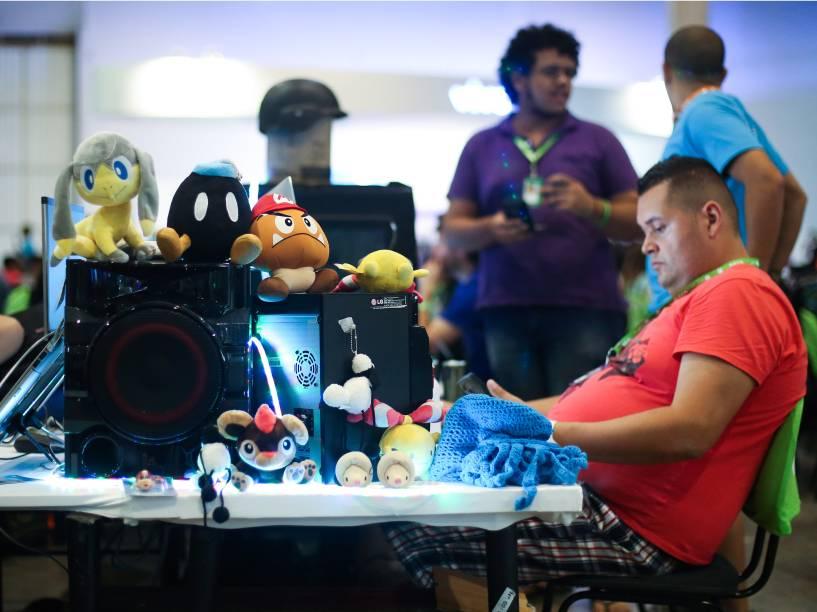Extensão da casa: além dos apetrechos tecnológicos, participantes trazem ursos de pelúcia e itens de decoração para suas mesas de trabalho na Campus Party