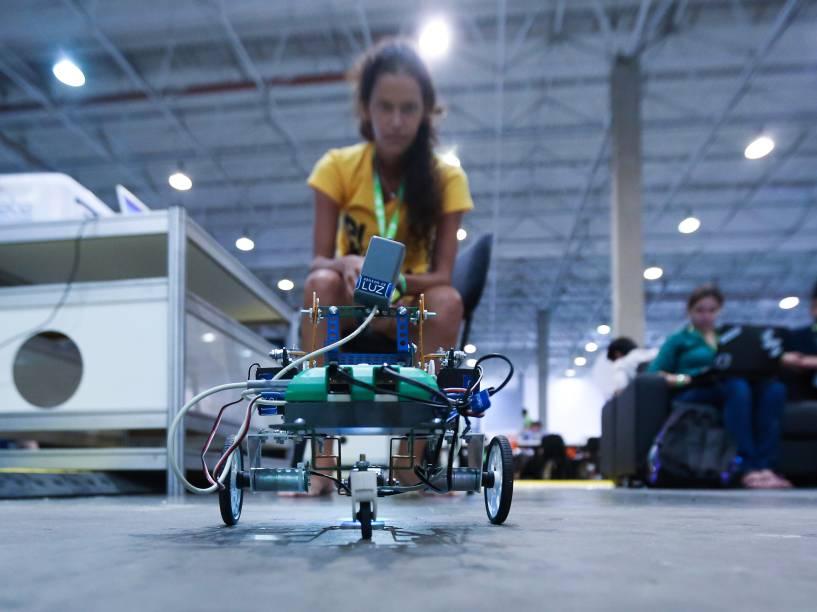 Entre as atividades noturnas, participantes da Campus Party trabalham com programação de robôs. Duelos entre as máquinas atraem torcidas e são transmitidos pela internet