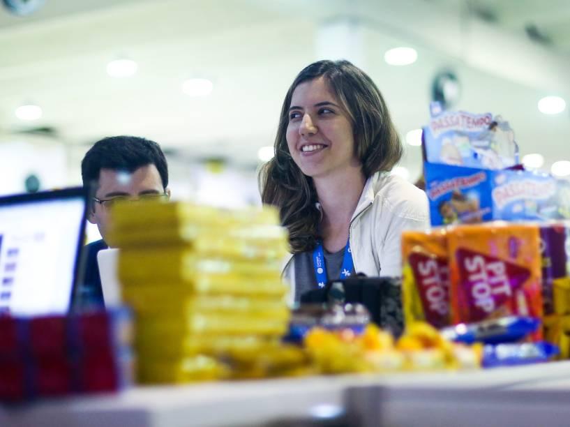 Salgadinhos, biscoitos e comidas processadas garantem alimentação na Campus Party. Campuseiros optam por comer na frente do computador para não perder tempo de navegação na internet
