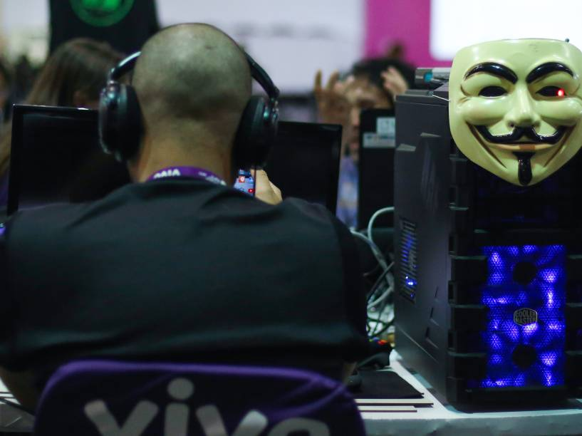 Máscara de Guy Fawkes decora computador de participante da Campus Party. Imagem é símbolo do grupo hacker Anonymous