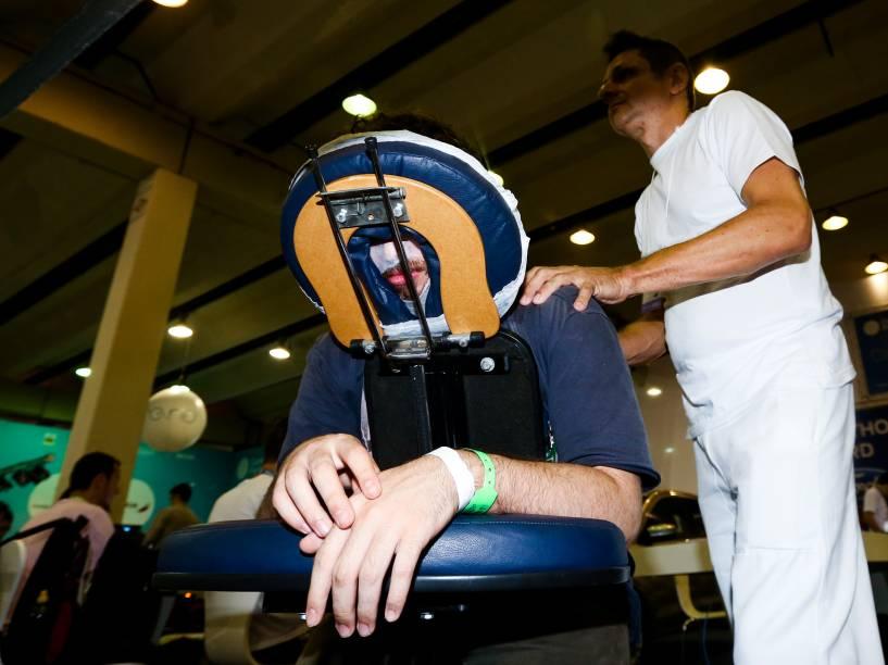 No intervalo da maratona de programação, campuseiros recebem massagem