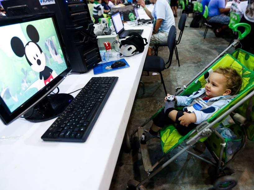"""Com um ano e dois meses, o filho da campuseira Larissa Mule encara a maratona de eventos: a família está dormindo em barracas para acompanhar a programação. """"Trouxe um computador apenas para passar filmes e deixá-lo entretido"""""""