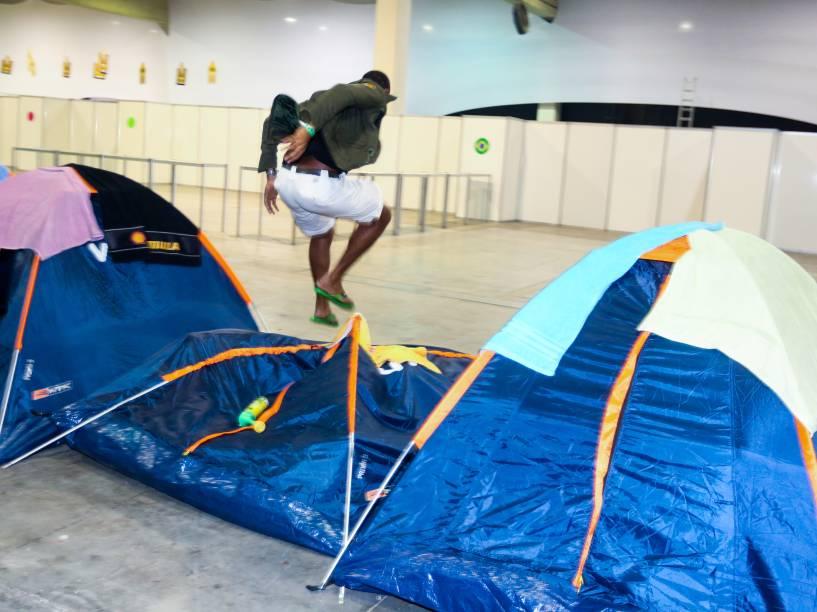 Campuseiros brincam com as barracas no espaço de acampamento da Campus Party