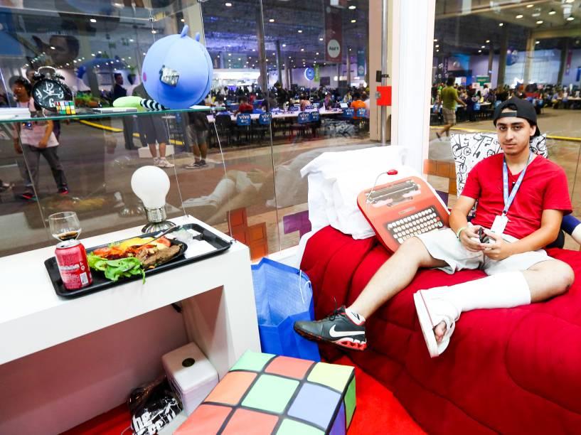 Paulo Henrique, de 21 anos, viajou de Goiás a São Paulo para participar da Campus Party. Com o pé quebrado, ganhou a chance de passar a noite da Casa de Vidro da festa. O espaço da Locaweb promete alimentação de qualidade e cama confortável para quem vencer um concurso de fotos nas redes sociais