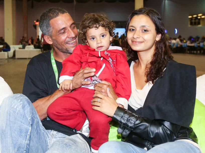Karina e José Neto com a filha Estela. A menina de dois anos acompanha os pais no acampamento da Campus Party