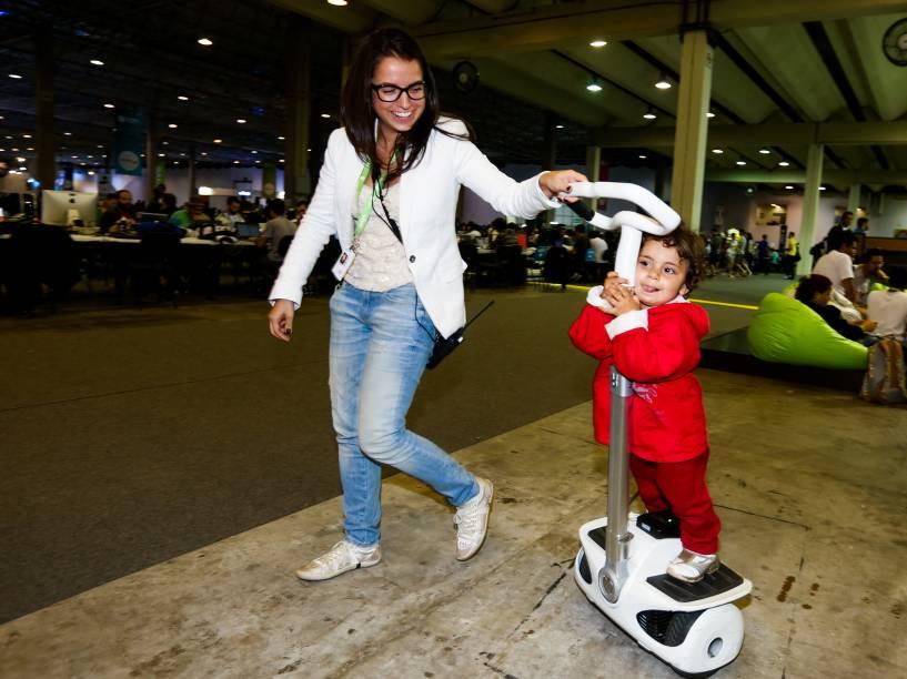 Estela brinca com o patinete motorizado da produção da Campus Party