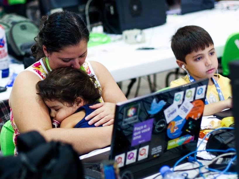O cansaço toma conta das crianças que acompanham a Campus Party. Mães contam que o maior desafio é conter o cansaço dos pequenos