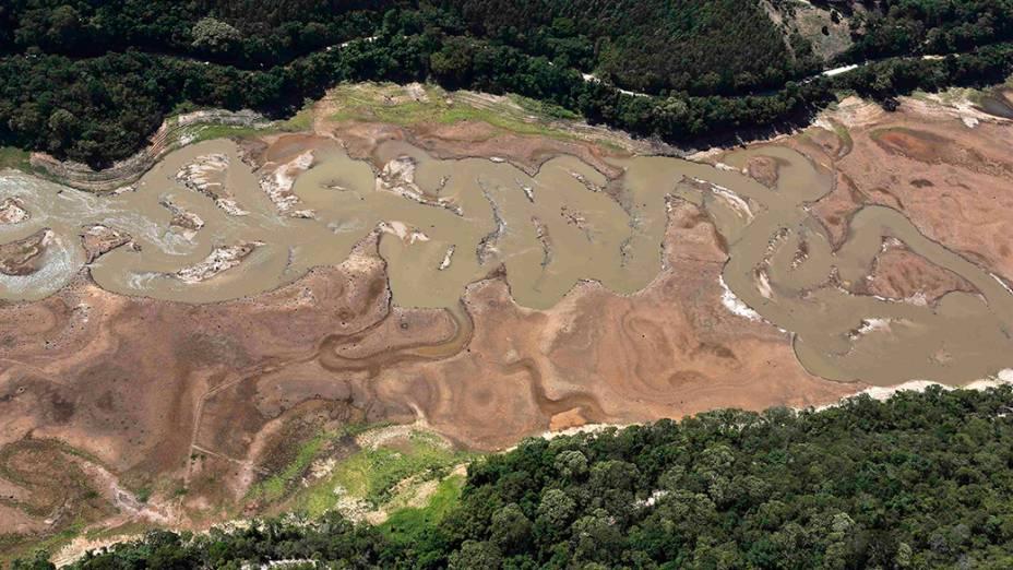 <p>Água concentrada na parte central da represa de Atibainha, parte do Sistema Cantareira, em Nazaré Paulista</p>