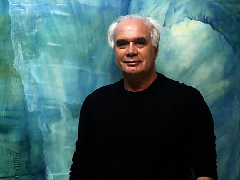 """Carlos Araujo em frente ao painel """"Ressurreição"""""""