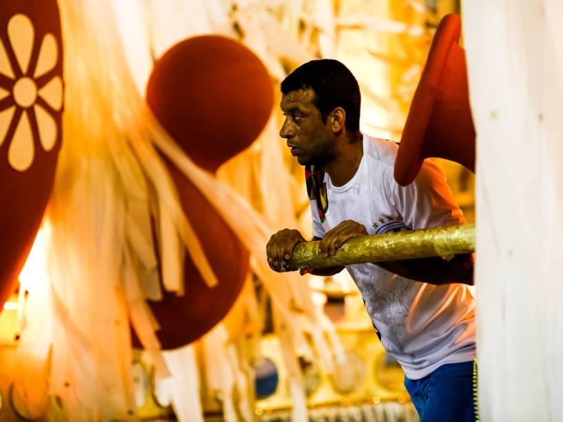 Puxador trabalha duro durante desfile da Unidos de Vila Isabel