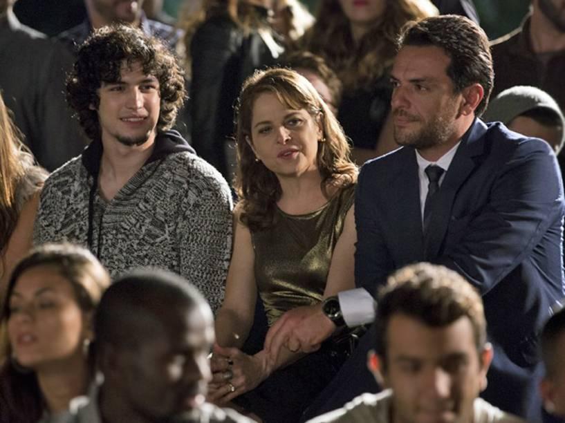 Guilherme (Gabriel Leone), Carolina (Drica Moraes) e Alex (Ricardo Lombardi) assistem ao desfile de Angel em Verdades Secretas