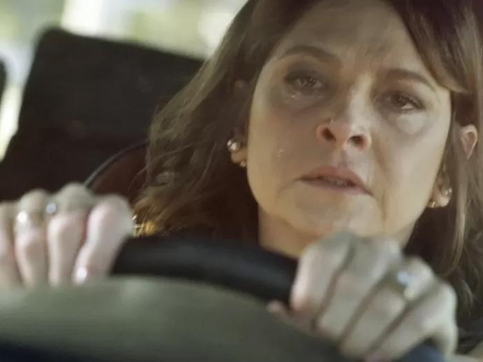 Alertada por Giovanna (Agatha Moreira), Carolina (Drica Moraes) deixa o salão para flagrar a própria filha, Angel (Camila Queiroz) com seu marido na cama
