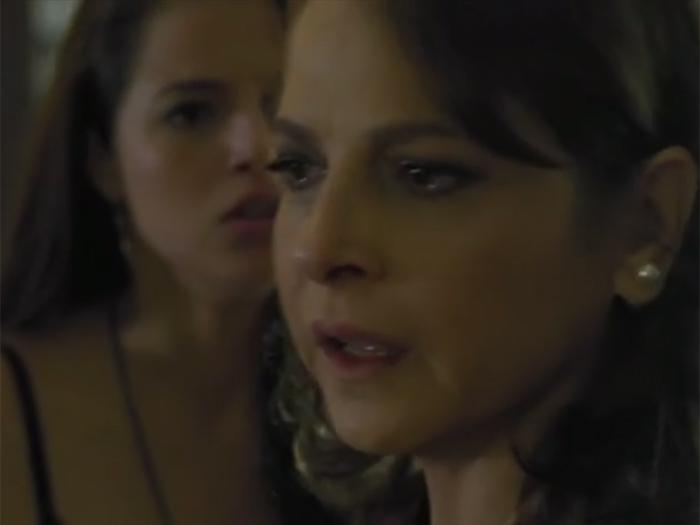 Como você ainda não descobriu?, pergunta Giovanna (Agatha Moreira) para Carolina (Drica Moraes)