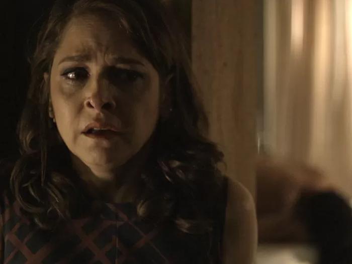 Alertada por Giovanna (Agatha Moreira), Carolina (Drica Moraes) flagra a própria filha, Angel (Camila Queiroz) com seu marido na cama