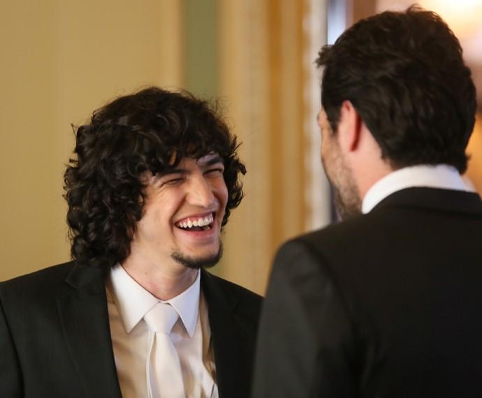 Gabriel Leone (Gui) e Rodrigo Lombardi (Alex), nos bastidores das gravações do casamento do empresário com Angel (Camila Queiroz)