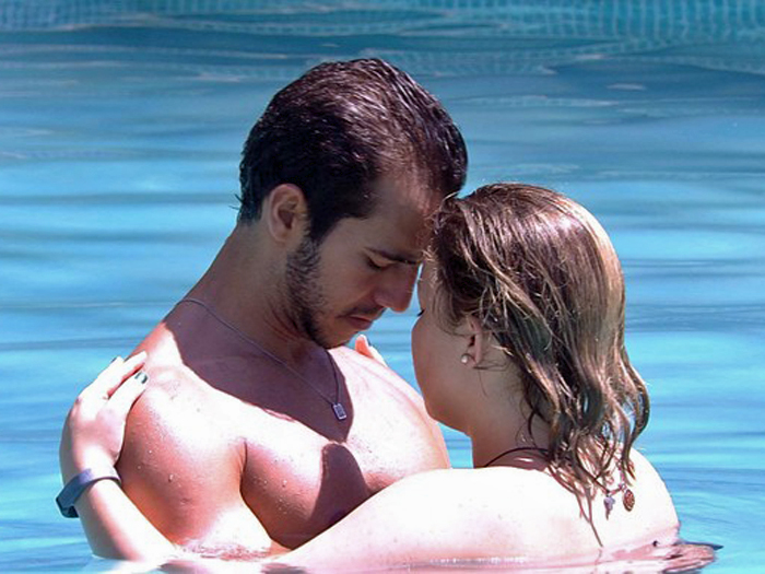 O casal Matheus e Maria Claudia na piscina do BBB16